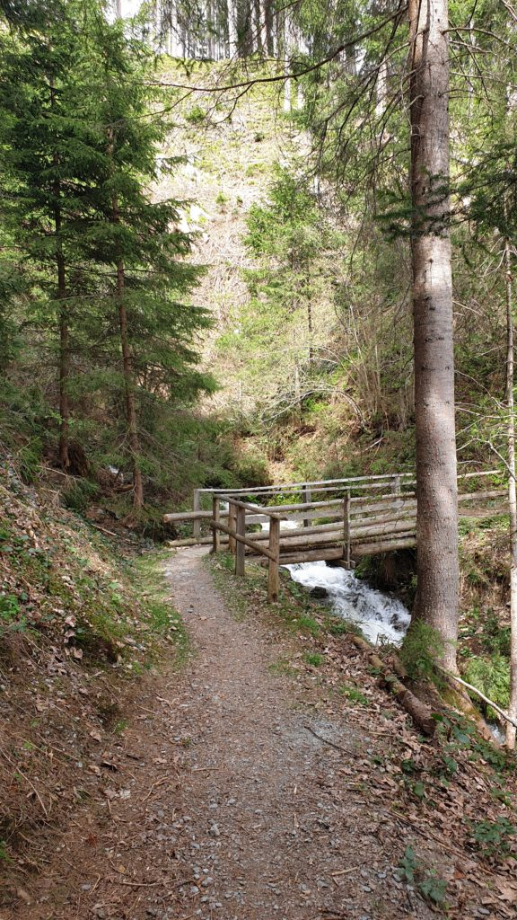 Kleine Holzbrücke auf der Kaiserpromenade