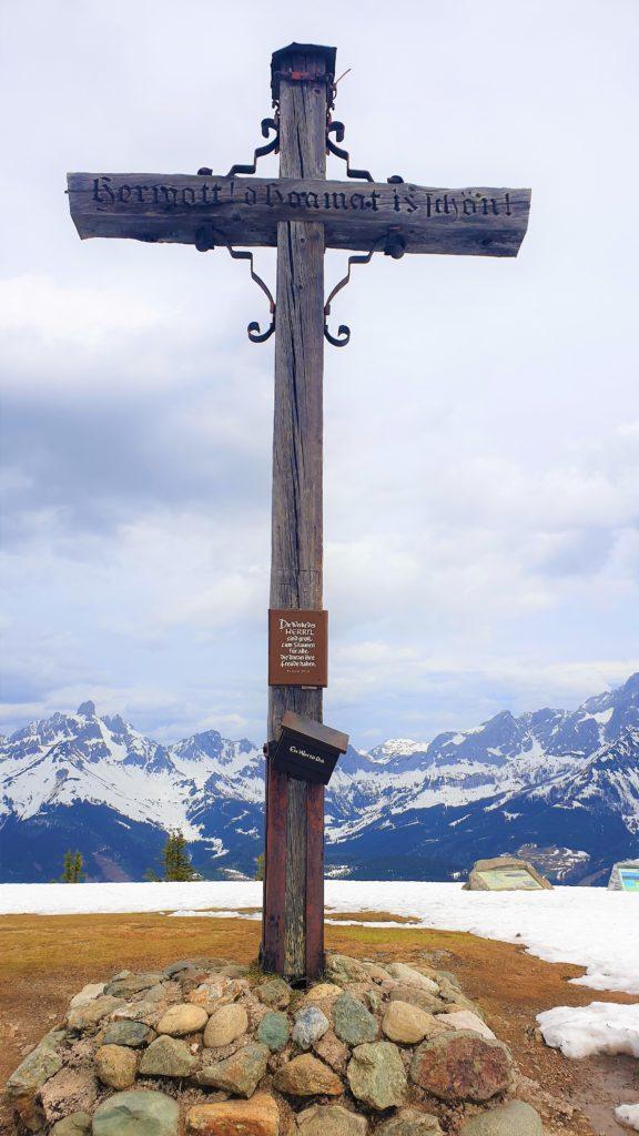 """Gipfelkreuz des Rossbrand mit Inschrift """"Herrgott, d'Hoamat is schön"""""""