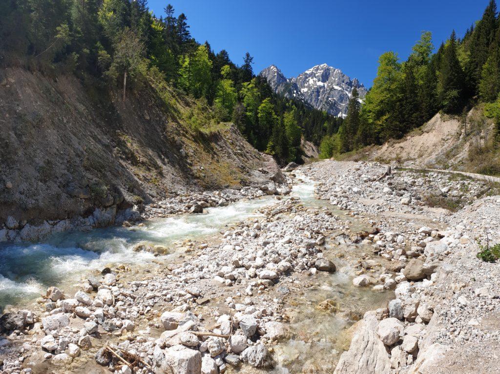 Sababach vor Bergpanorama