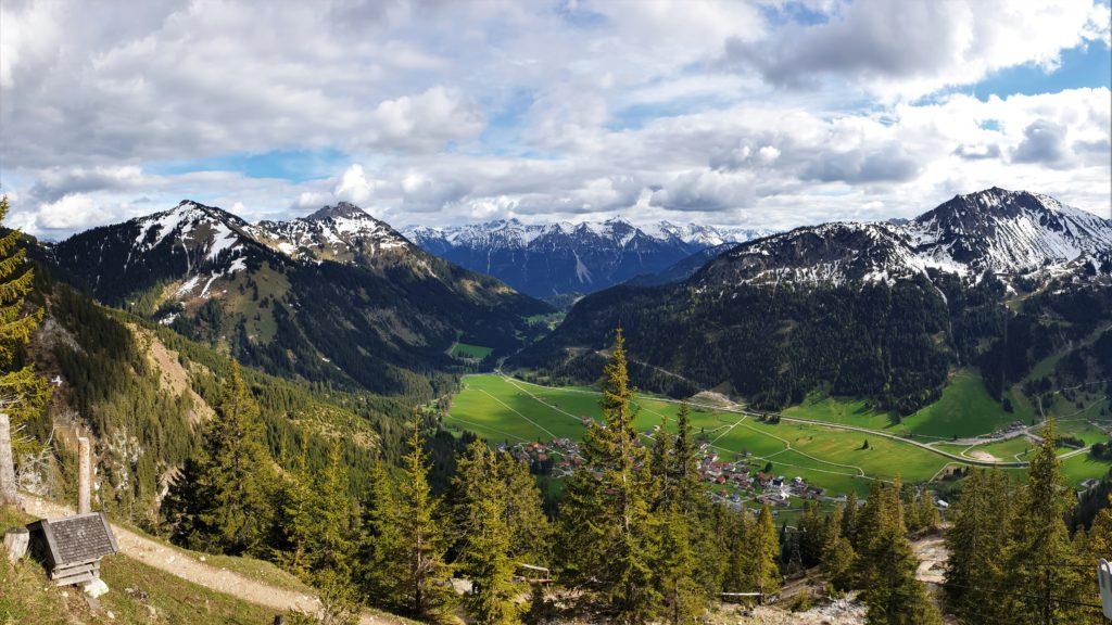 Panorama-Aussicht vom Gimpelhaus ins Tannheimer Tal
