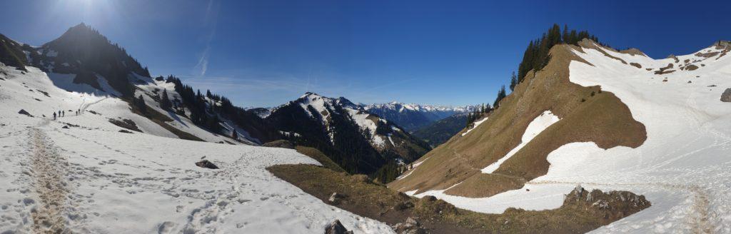 Verschneiter Wanderweg hoch zum Sabachjoch