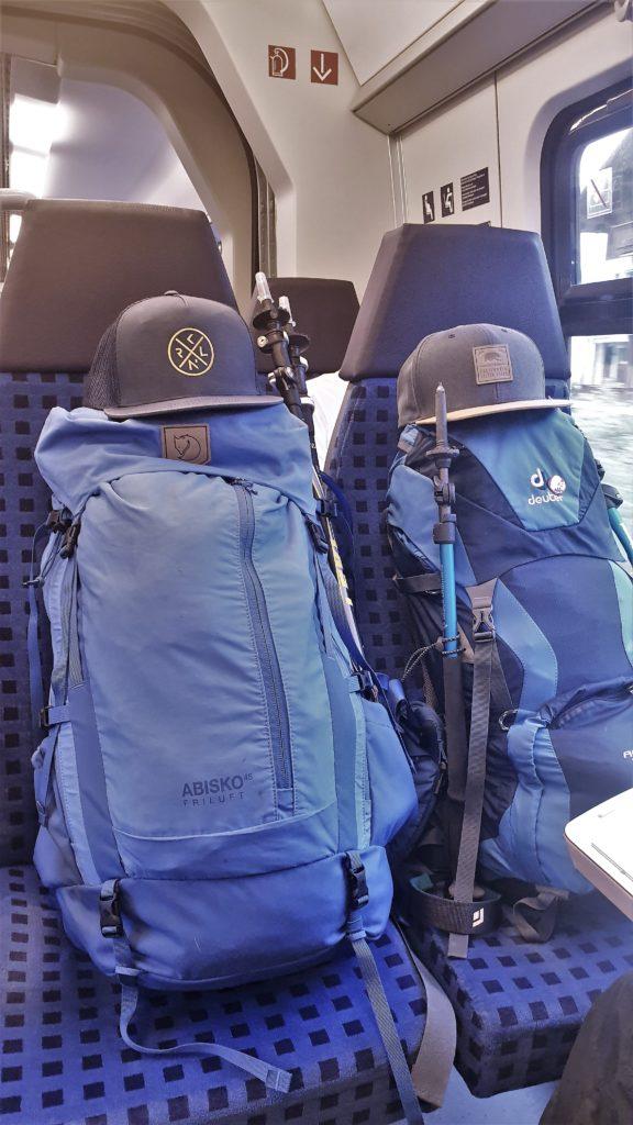Rucksäcke auf der Zugfahrt