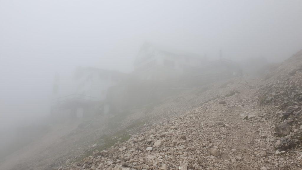 Die Knorrhütte im Nebel