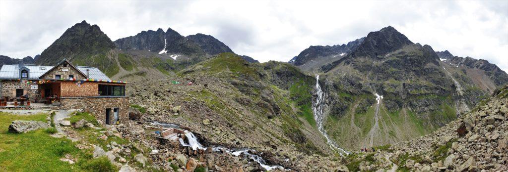 Winnebachseehütte mit Wasserfall