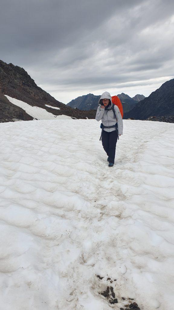 Durch ein Schneefeld wandernd