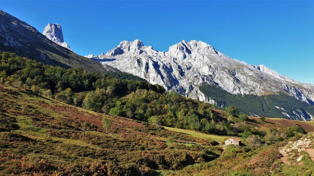 Sicht auf den Picu Uriellu und andere Berge der Picos de Europa