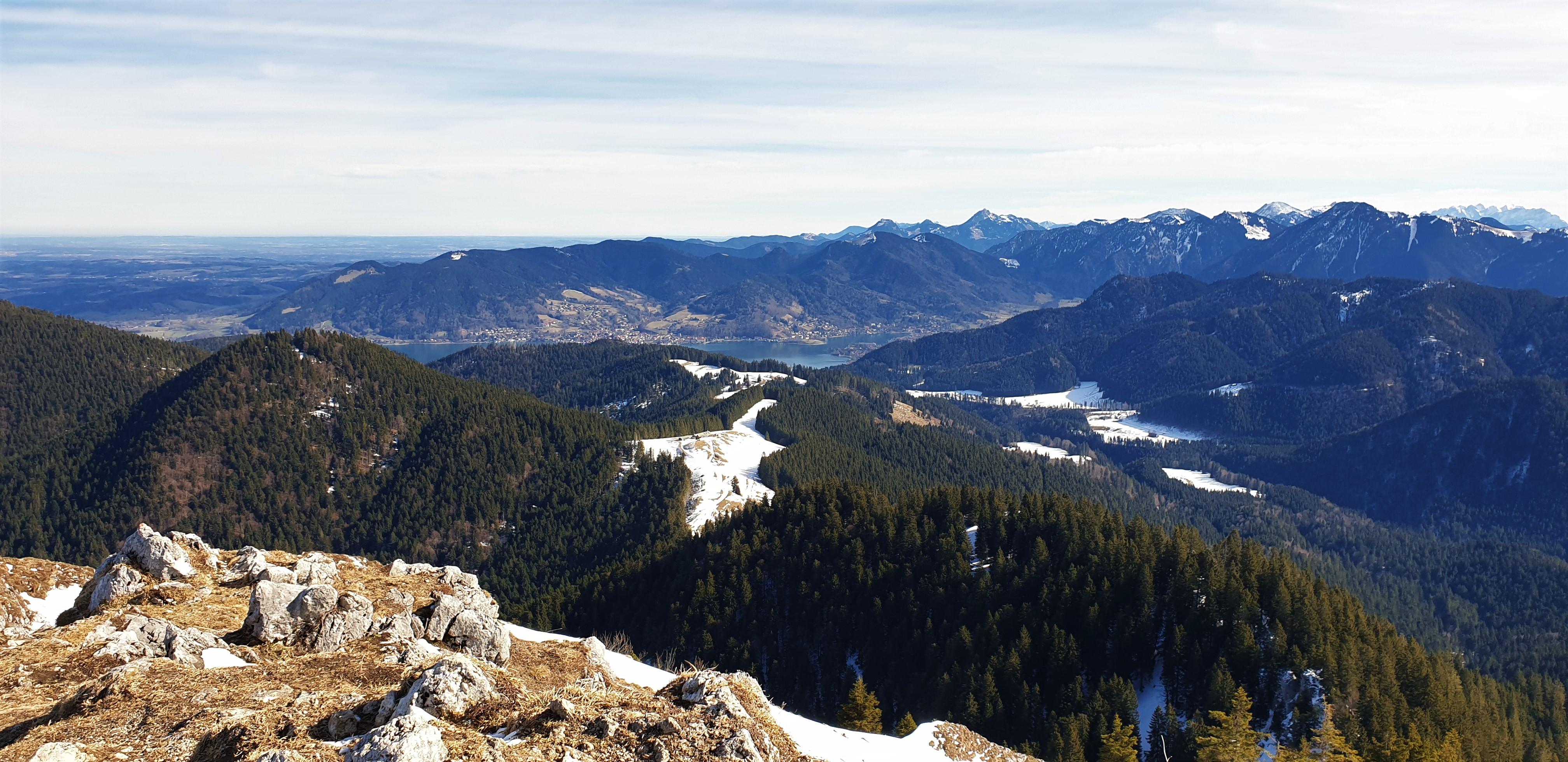 Aussicht vom Gipfel des Fockenstein auf die Aueralm und den Tegernsee